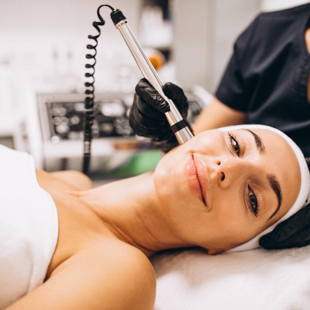 mujer realizando tratamiento de belleza medicina estética